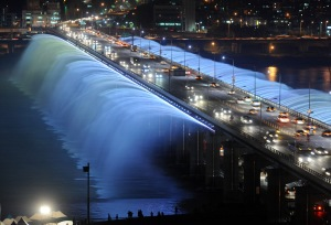 Banpo Bridge with a rainbow fountain over the Han River in Seoul (Gu Gyobok)